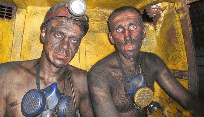 В шахте встречаются зять и тесть! Зять крутит пальцем у виска, тесть в ответ хлопает себя по жопе. Все в ауте…