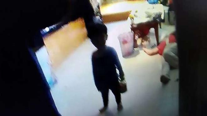 3-летний малыш 2 дня провел в закрытом доме с мертвыми бабушкой и дедушкой