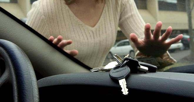 Дверь захлопнулась, а ключи остались в машине? Смотрите как помочь этой беде!