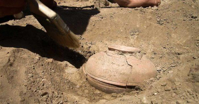 Археологи нашли 850-летний горшок. Но самое интересное было спрятано внутри!