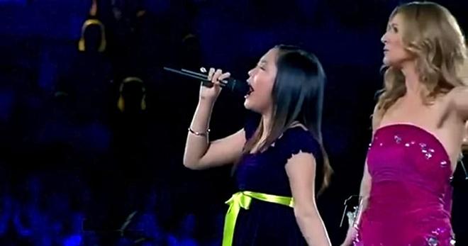 Селин Дион позвала на сцену свою юную поклонницу. Вот это голосище у девочки! Мэдисон-сквер-гарден аплодировал стоя