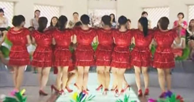 Девушки в красных платьях выстроились в ряд. Взгляните, что происходит, когда они поворачиваются к камере!