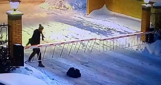 Ее грациозный прыжок через шлагбаум — это нечто! Жительница Новосибирска прославилась на весь интернет