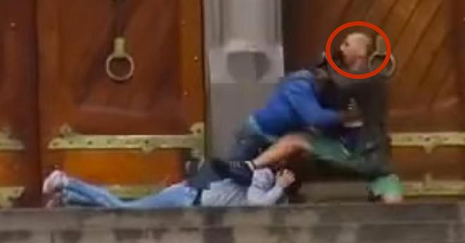 Сотни снимали, как этот мужчина стоял на коленях рядом с женщиной в крови. Просто кошмар!
