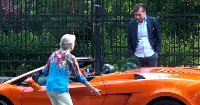 Бабуля усаживается в Ламборгини. А те, кто ей помогал, теряют дар речи…