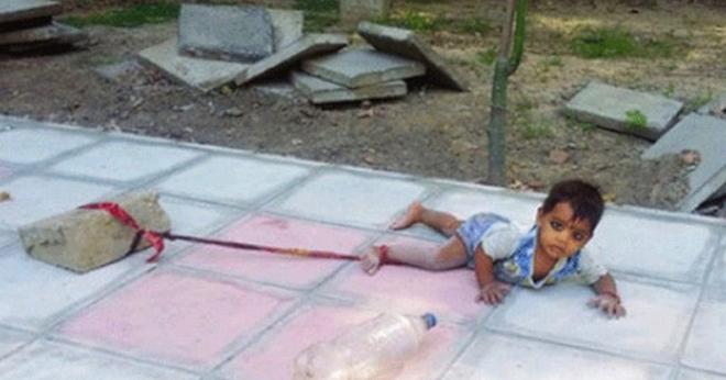 Родители собственноручно привязали малышку к бетонному блоку, оставив посреди оживленной улицы на 40-градусной жаре. Причина — до слёз…