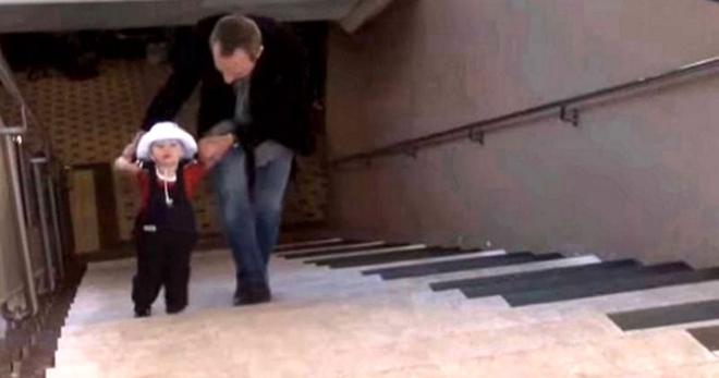 Эту удивительную лестницу любят все жители города. Смотрите почему ее предпочитают эскалатору!