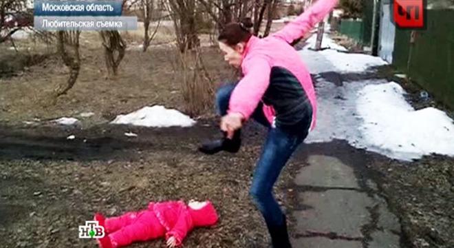 Мать назло мужу бросила дочь на землю и…