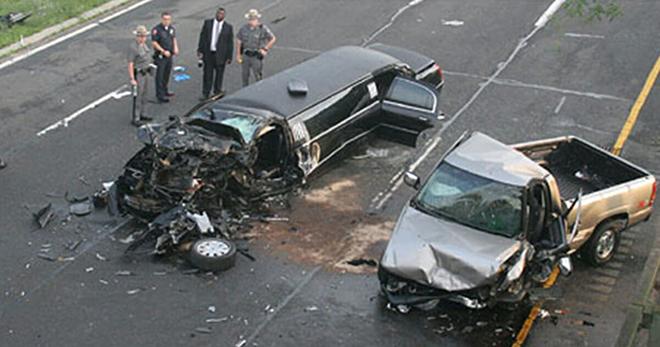 Пьяный водитель врезался в свадебный автомобиль. Когда прибывший на место происшествия полицейский заглянул в разбитый лимузин, он пришел в ужас