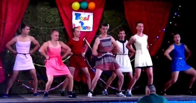 «Танцуй, пока молодая!» — этот номер заставит вас рыдать от смеха! Все внимание на парня в синем платьице