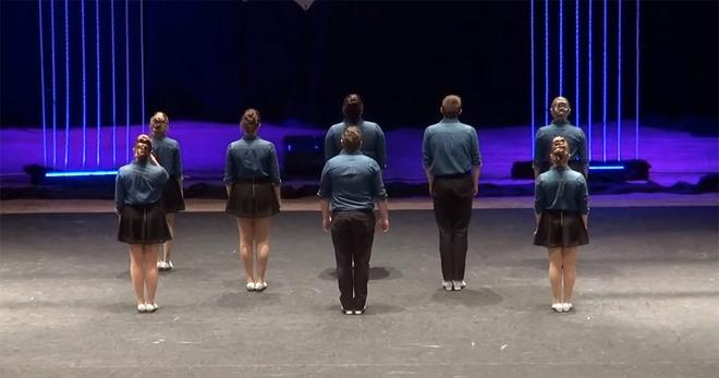 Танцоры встали в ряд спиной к зрителям, и когда они развернулись, все были удивлены