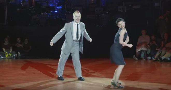 Он пригласил её на такой танец, и она согласилась