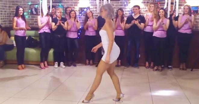 Эта женщина так танцует, что практически невозможно оторвать взгляд