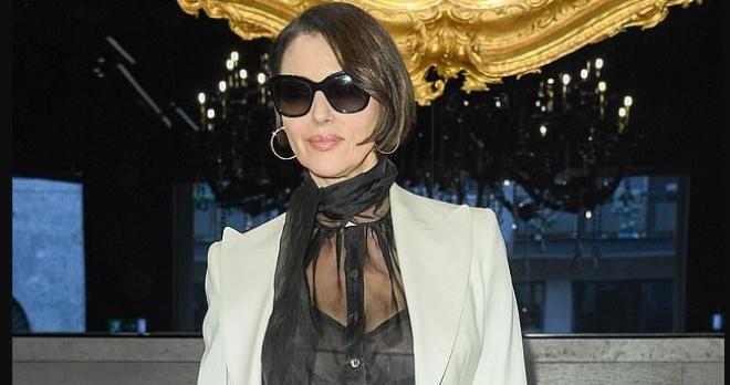 Моника Беллуччи сделала короткую стрижку и показала стиль на неделе моды в Милане