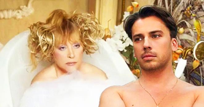 Максим Галкин абсолютно без одежды спел песню для своей любимой жены в спальне и на французском языке