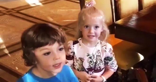 Танцевальный хит и звонкий голосок: двойняшки Лиза и Гарри Галкины показали свои таланты в домашнем окружении