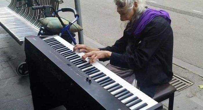 Когда бабушка села за инструмент, люди заулыбались. Но когда она начала играть, открыли рты от удивления!