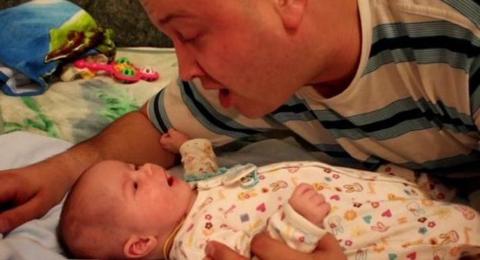 Очень милое видео: малыш вместе с отцом поёт песенку для мамы