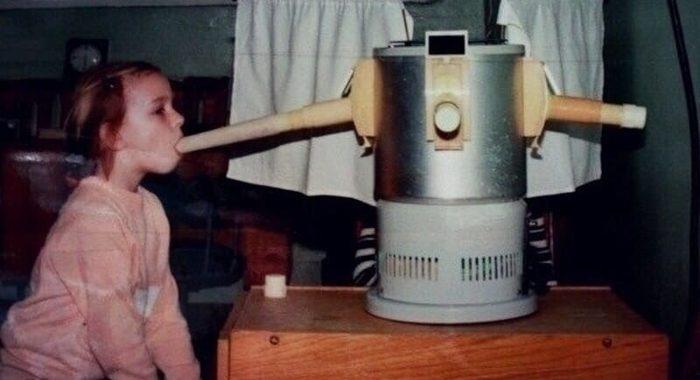 Наверняка дети, родившиеся во времена СССР и не только точно вспомнят ультрафиолетовый облучатель «Солнышко»