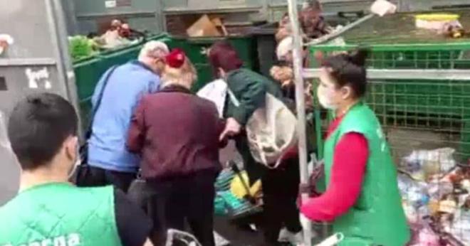 Пожилые за минуту собрали продукты с помойки в Питере