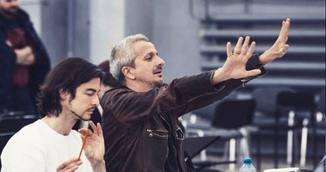 В МХТ убирают из репертуара культовые спектакли Константина Богомолова, общественность готовит петицию