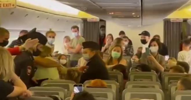 В Москве дебоширку-антимасочницу вывели из самолета под аплодисменты